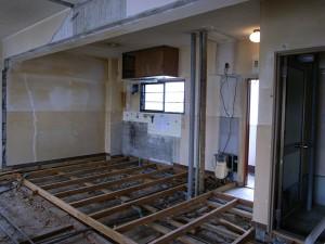 レトロな吊り戸棚はリノベーション後も使用します。